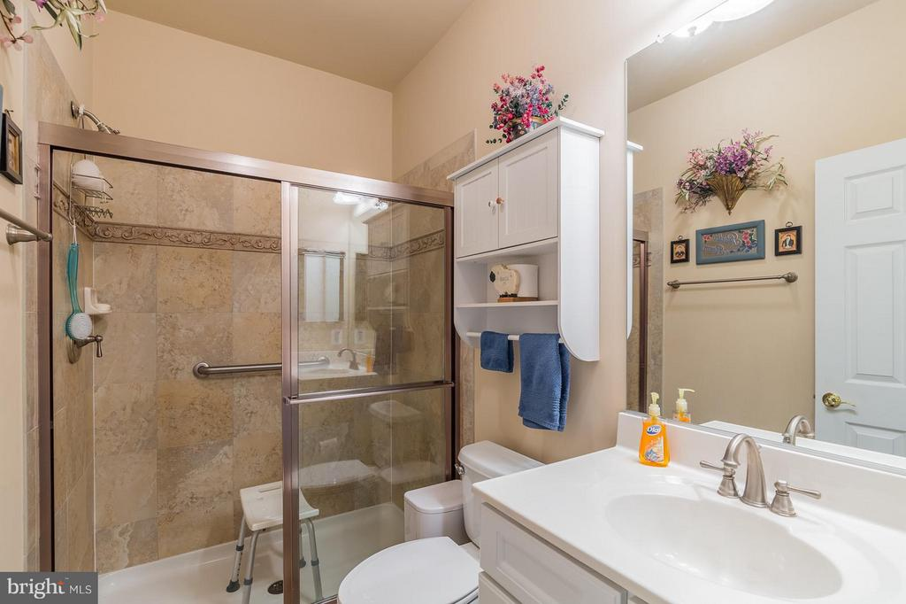 Full Bath on Main Level - 3756 RUSSETT MAPLE CT, DUMFRIES