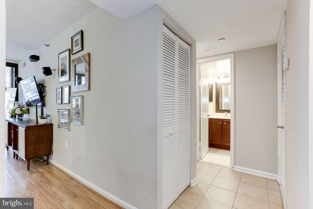 Interior entrance & hallway - 1001 N RANDOLPH ST #518, ARLINGTON