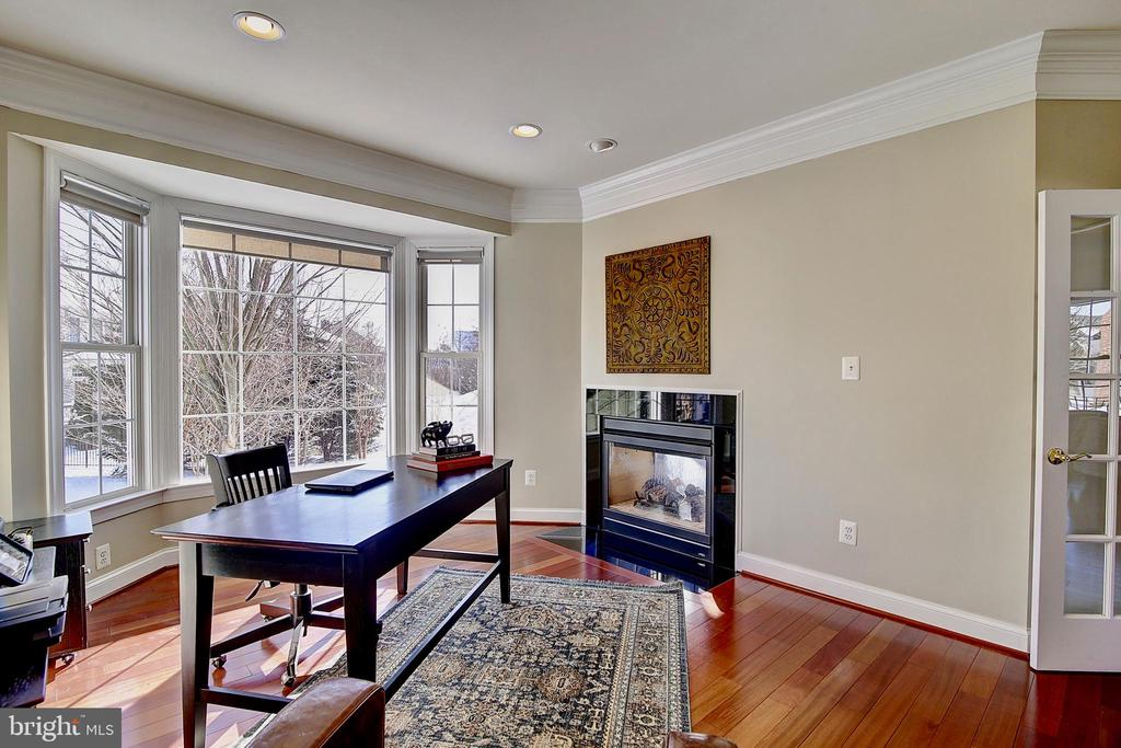 Office with bay window and fireplace - 44181 RIVERPOINT DR, LEESBURG