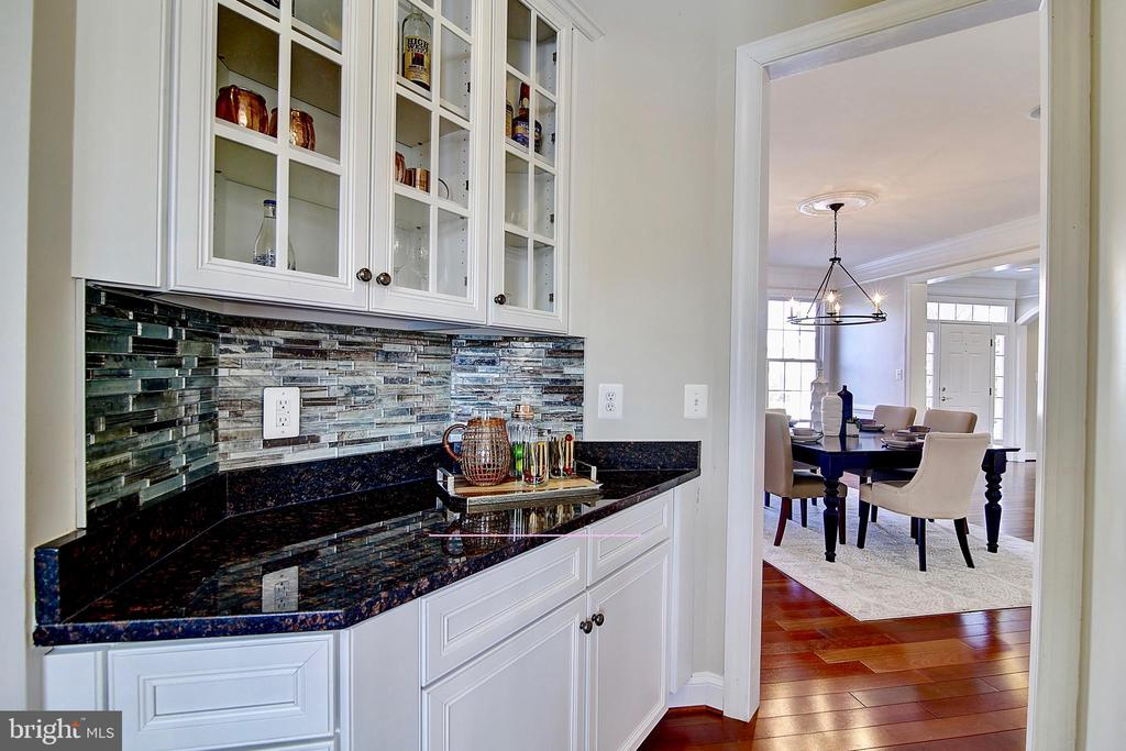 Butlers pantry - 44181 RIVERPOINT DR, LEESBURG