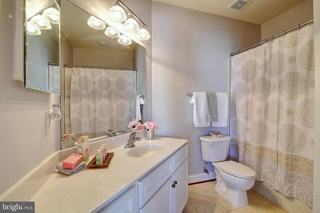 Full bath in BR2 - 44181 RIVERPOINT DR, LEESBURG