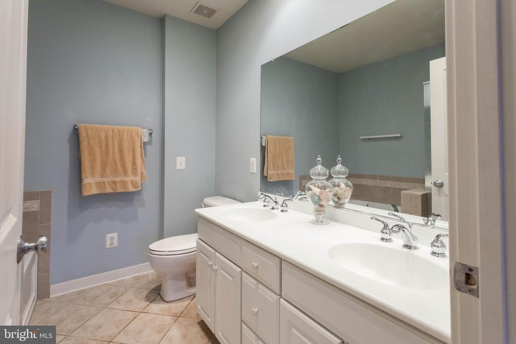 M. Bath w/ double vanity, tub and shower - 1332 N DANVILLE ST, ARLINGTON
