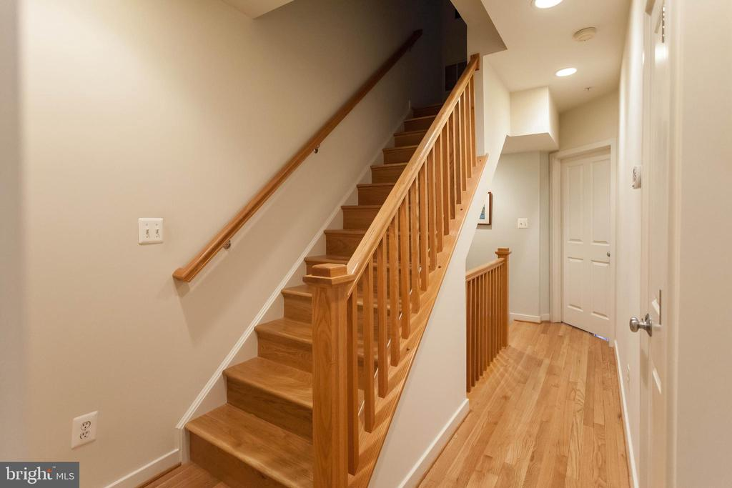 gleaming hardwoods continue throughout - 1332 N DANVILLE ST, ARLINGTON
