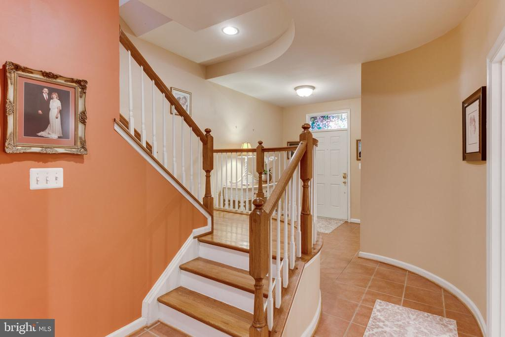 Dramatic Staircase - 493 BELMONT BAY DR, WOODBRIDGE