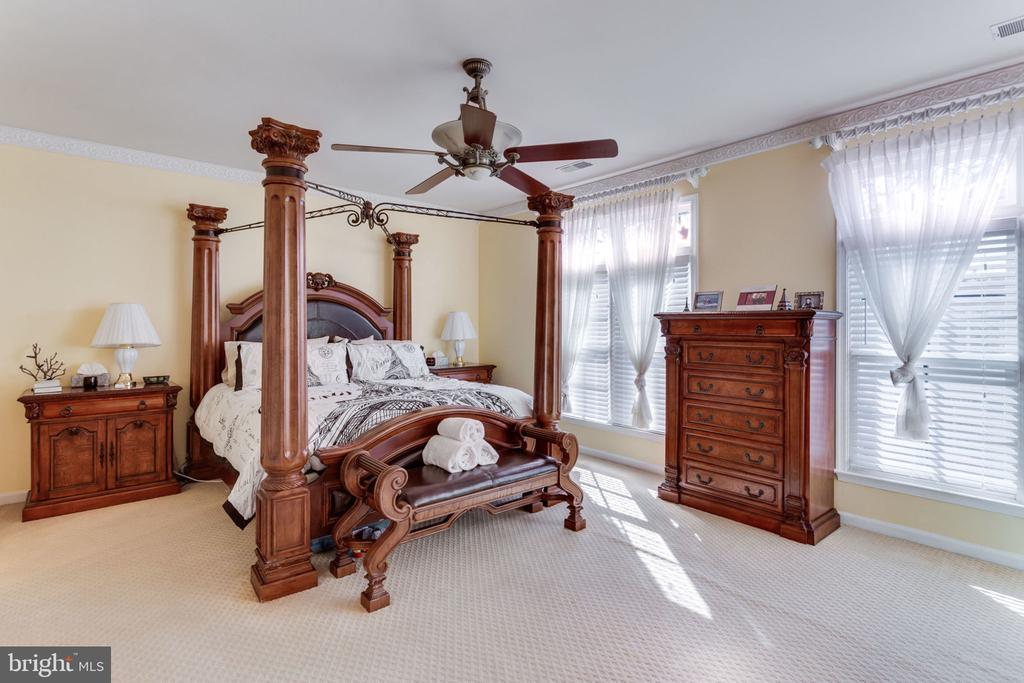 Spacious Master Bedroom with Two Walk In Closets - 493 BELMONT BAY DR, WOODBRIDGE