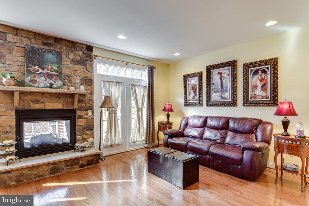Family Room with two sided gas fireplace - 493 BELMONT BAY DR, WOODBRIDGE