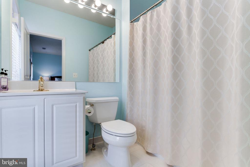 Private Full Bath in Third Bedroom - 493 BELMONT BAY DR, WOODBRIDGE