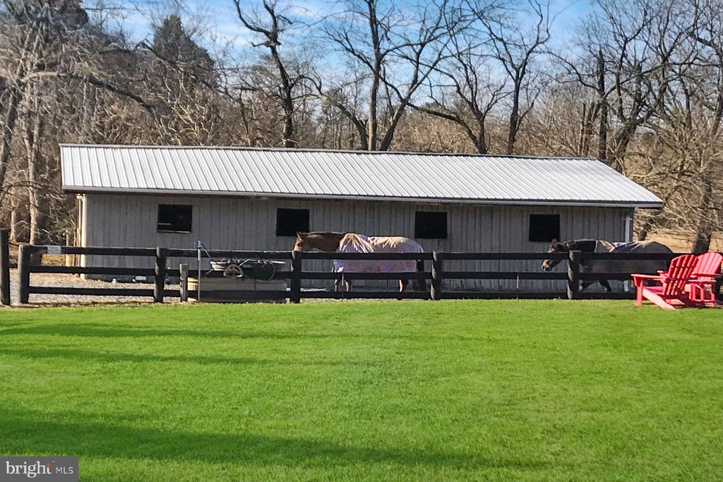 8-stall center aisle barn w/hayloft & wash stall - 9421 CORNWELL FARM DR, GREAT FALLS