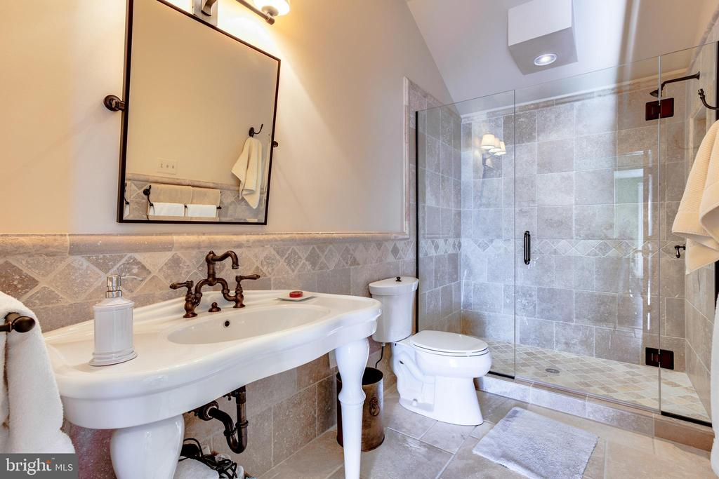 Full bath in the Villa - 11408 HIGHLAND FARM CT, POTOMAC
