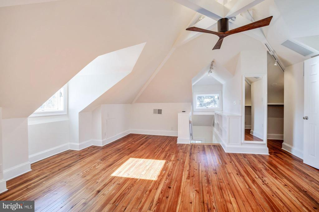 Charm and light in the top bedroom - 4619 27TH ST N, ARLINGTON