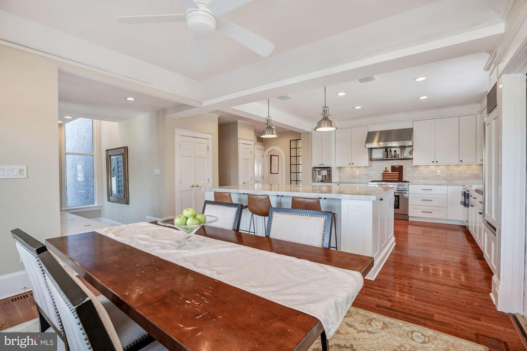 Plenty of space for casual dining - 4619 27TH ST N, ARLINGTON