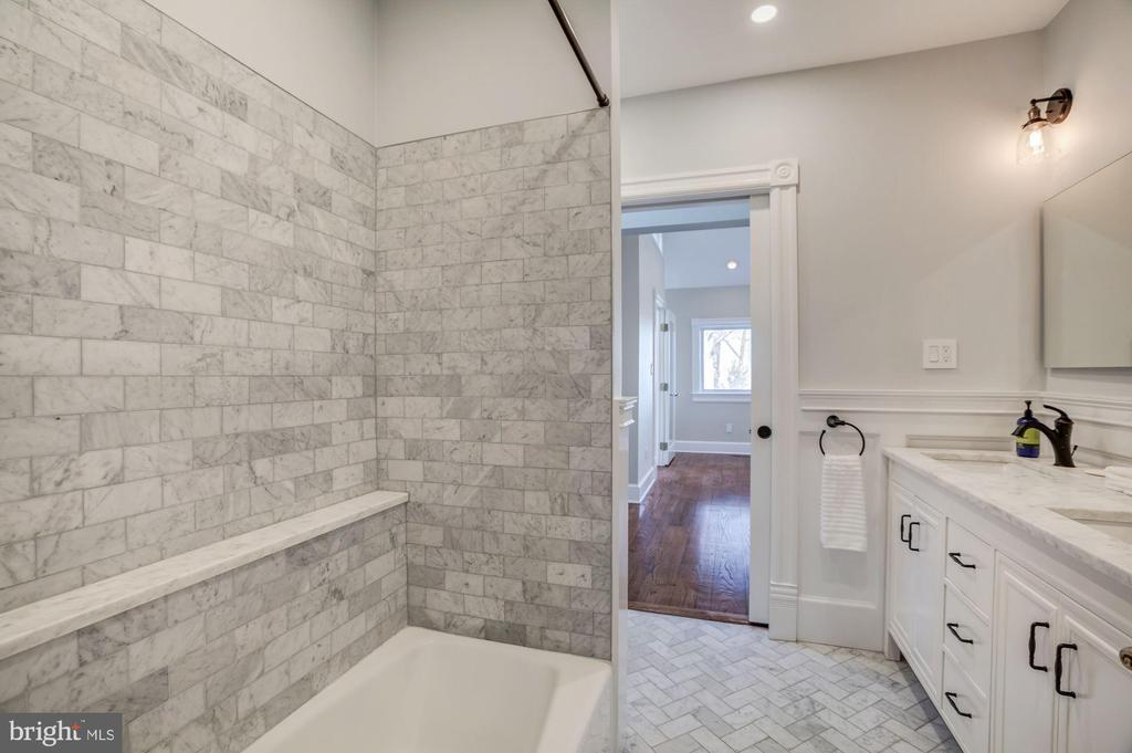 Dual entry hall bath - 4619 27TH ST N, ARLINGTON