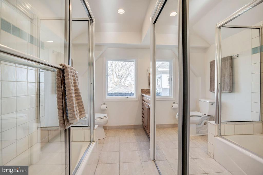 Full bath ensuite with 2nd UL Bedroom - 4619 27TH ST N, ARLINGTON