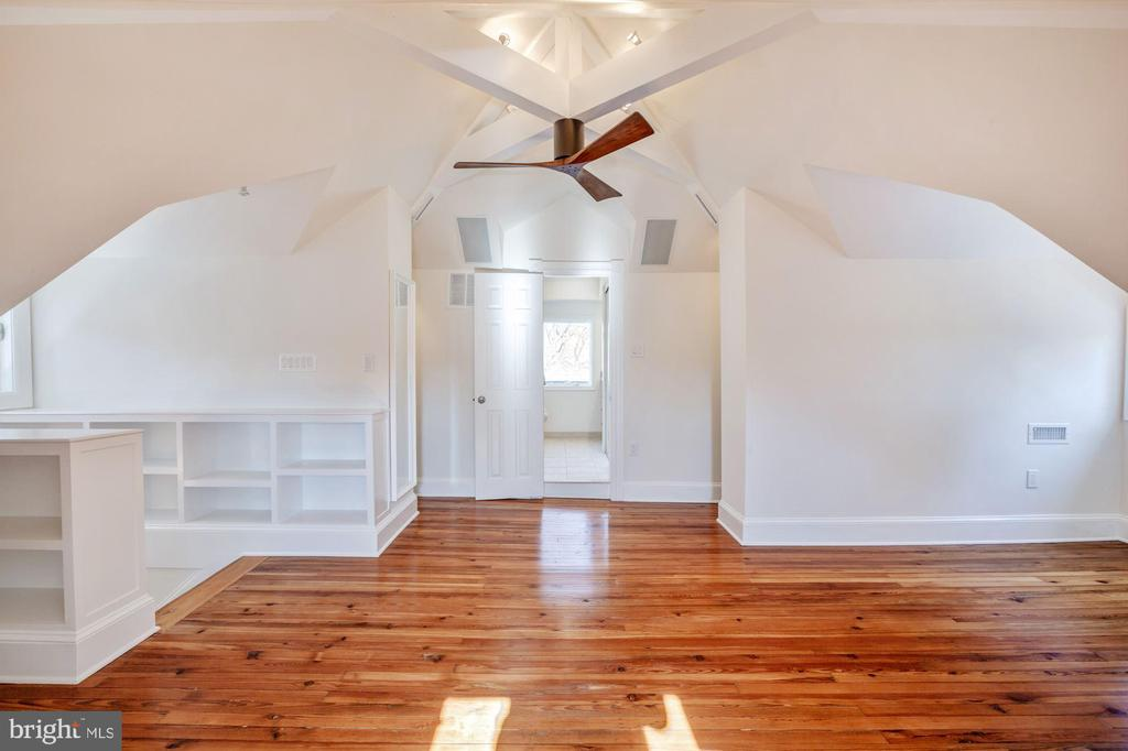 Two walk- in closets and built-in bookcases - 4619 27TH ST N, ARLINGTON