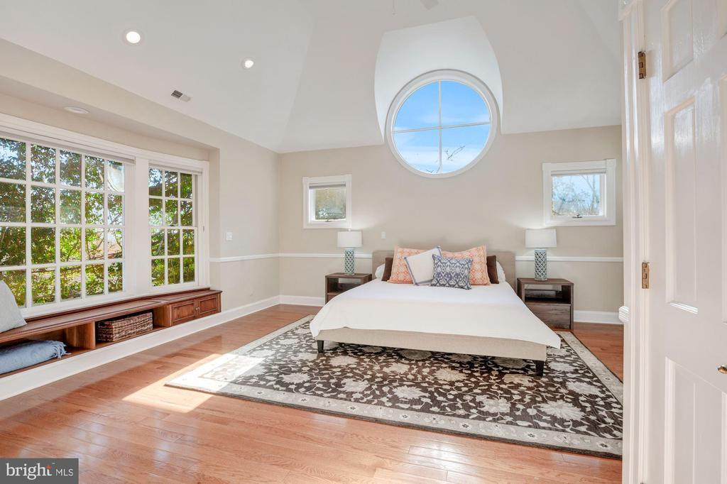 Master bedroom with stunnning window - 4619 27TH ST N, ARLINGTON