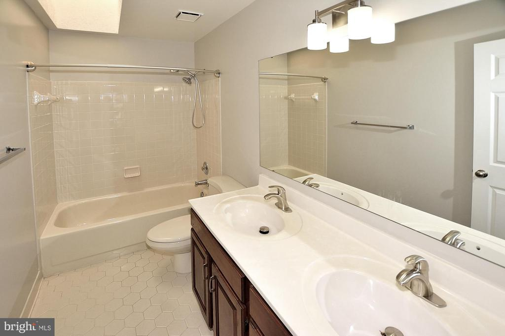 Hall bath with double vanity - 46441 MONTGOMERY PL, STERLING