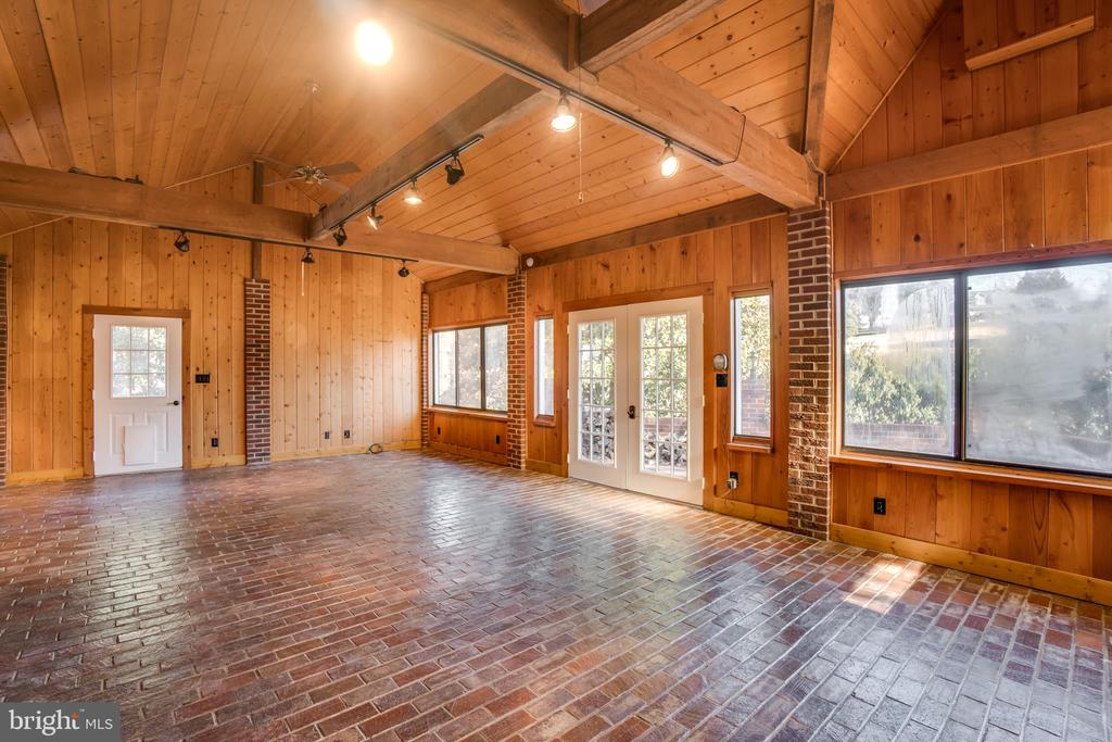 Huge Recreational Room with Vaulted Ceilings - 405 FORBES ST, FREDERICKSBURG