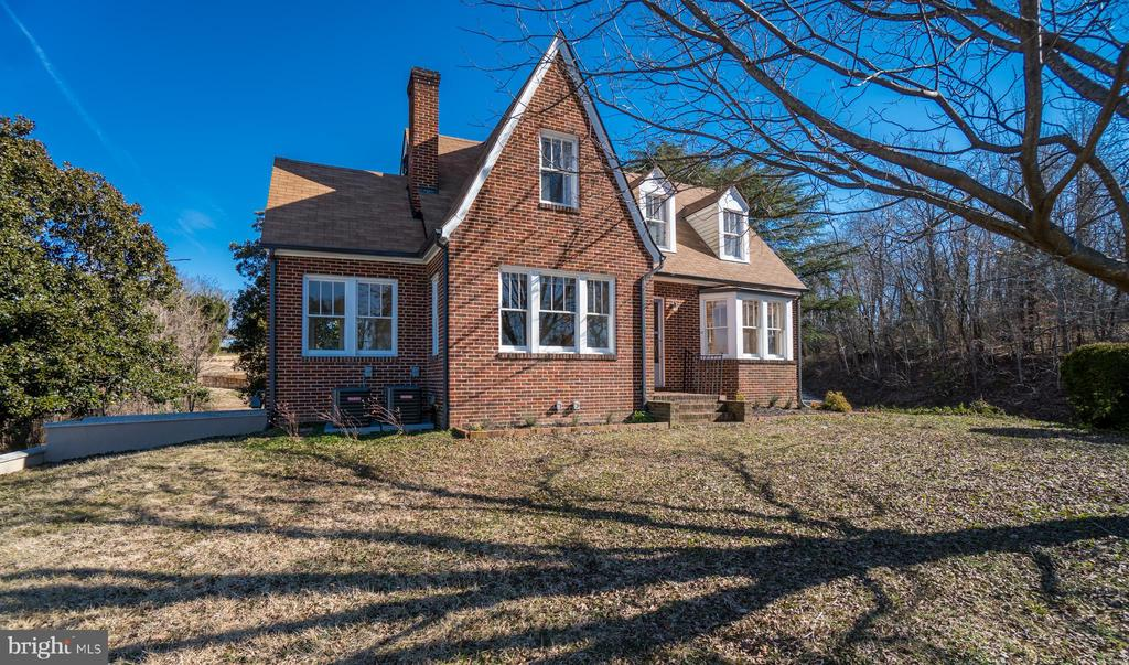 Cape Cod Style Home just outside of Historic Fred. - 405 FORBES ST, FREDERICKSBURG