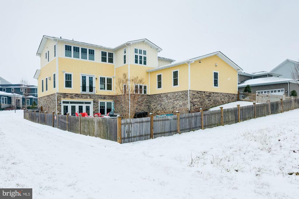 Large fenced yard perfect for entertaining - 41621 WHITE YARROW CT, ASHBURN