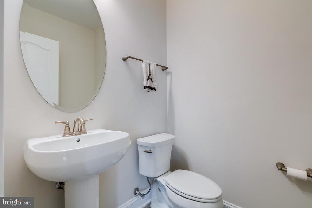 Powder room -lower level in addition to full bath - 41621 WHITE YARROW CT, ASHBURN