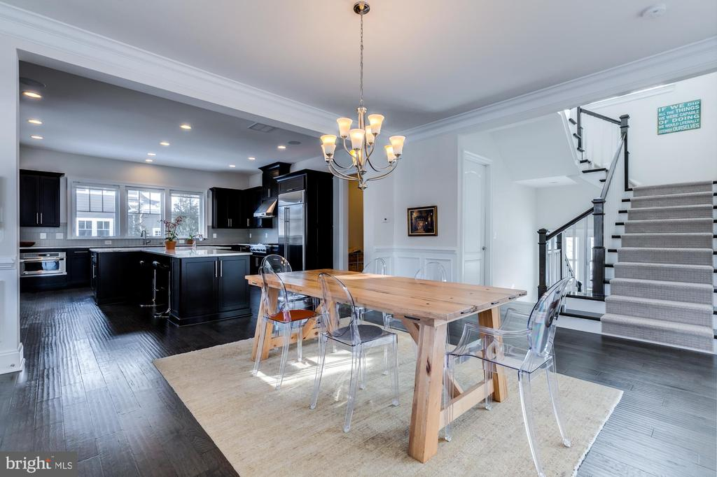 Dining room has great flow from kitchen - 41621 WHITE YARROW CT, ASHBURN