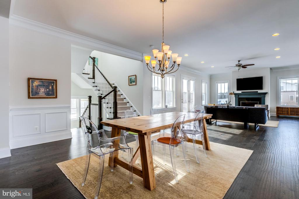 Shadow box and crown molding in dining room - 41621 WHITE YARROW CT, ASHBURN
