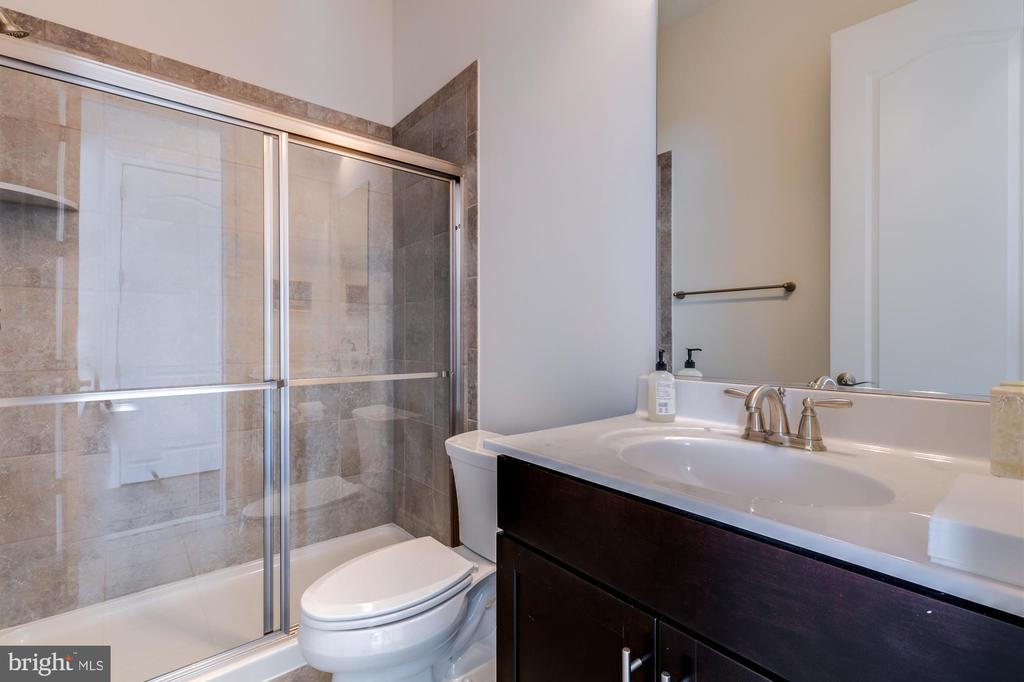 Main level full bath - 41621 WHITE YARROW CT, ASHBURN