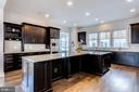 Chef's kitchen with plenty of cabinet space - 41621 WHITE YARROW CT, ASHBURN