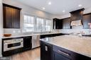 Upgraded cabinets with crown molding - 41621 WHITE YARROW CT, ASHBURN
