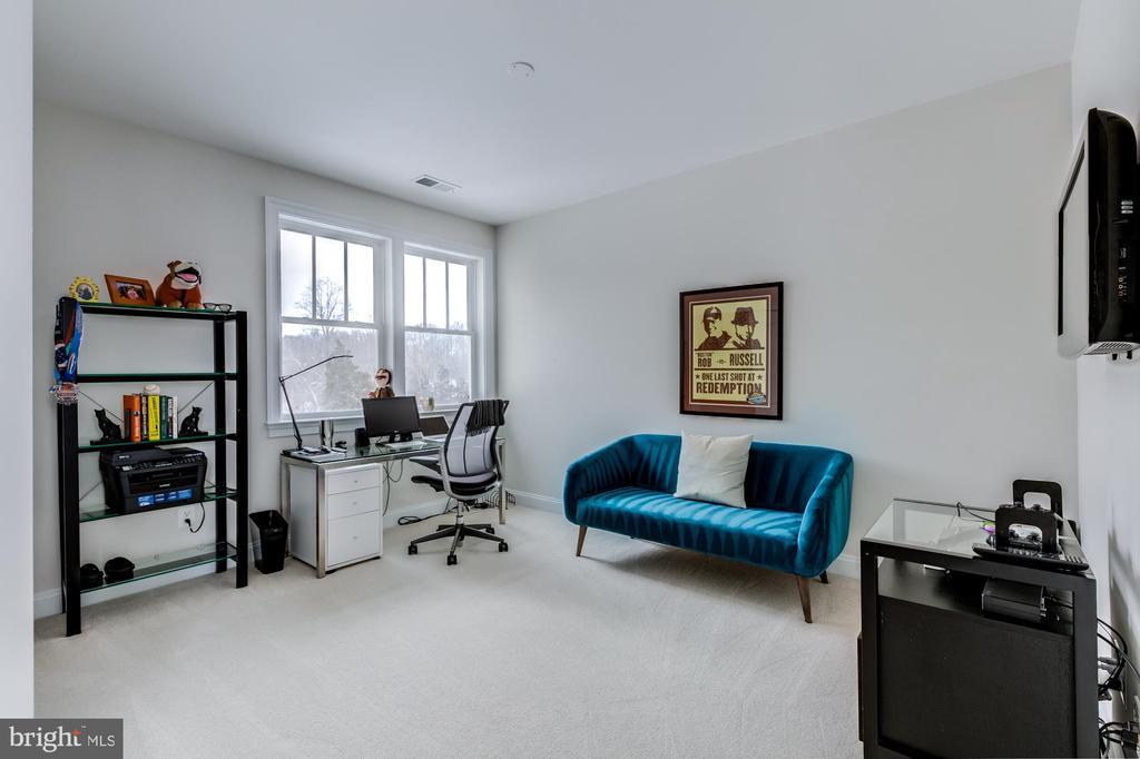 Bedroom 2 with large closet - 41621 WHITE YARROW CT, ASHBURN