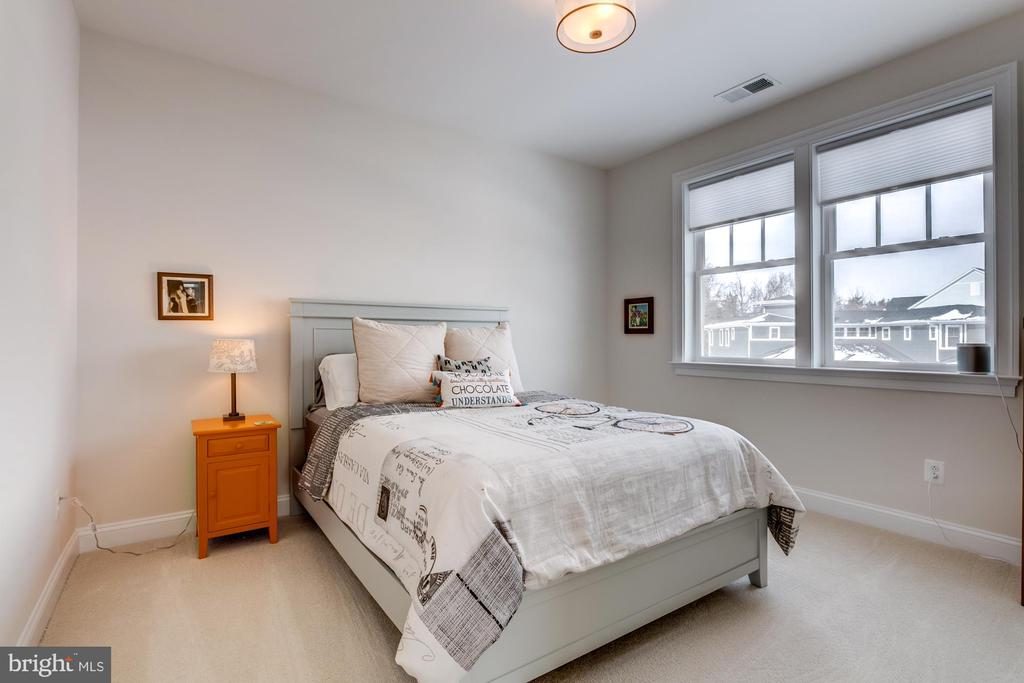 Bedroom 4 with en-suite bath - 41621 WHITE YARROW CT, ASHBURN