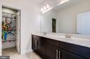 Hall bath with double sinks - 41621 WHITE YARROW CT, ASHBURN