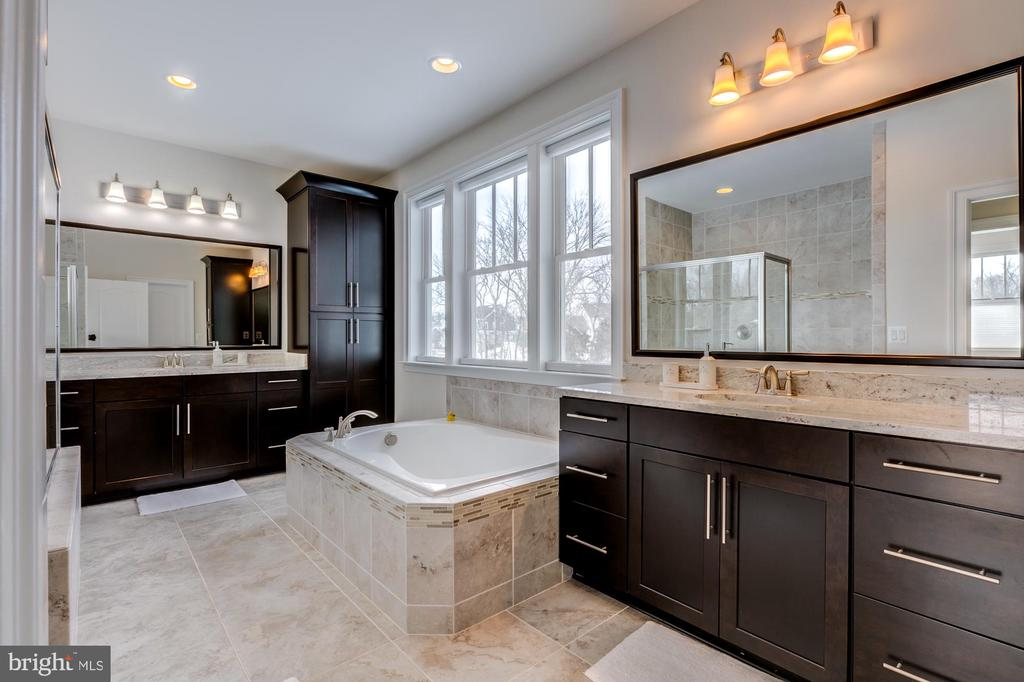 Luxurious owner's bath with separate vanities - 41621 WHITE YARROW CT, ASHBURN