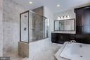 Gorgeous tile in the walk-in shower - 41621 WHITE YARROW CT, ASHBURN