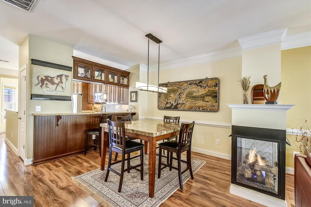 Dining room with kitchen bar counter & fireplace. - 217 MILL ST, OCCOQUAN