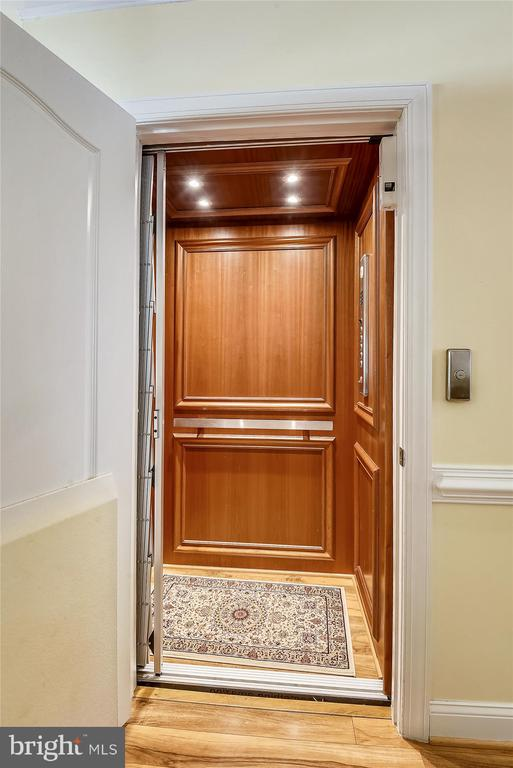 Private in-home elevator - 217 MILL ST, OCCOQUAN
