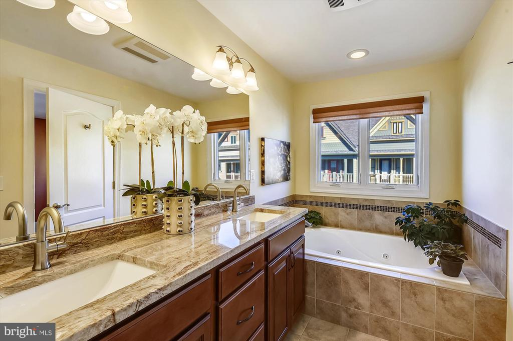 Upgraded Master Bathroom - 217 MILL ST, OCCOQUAN