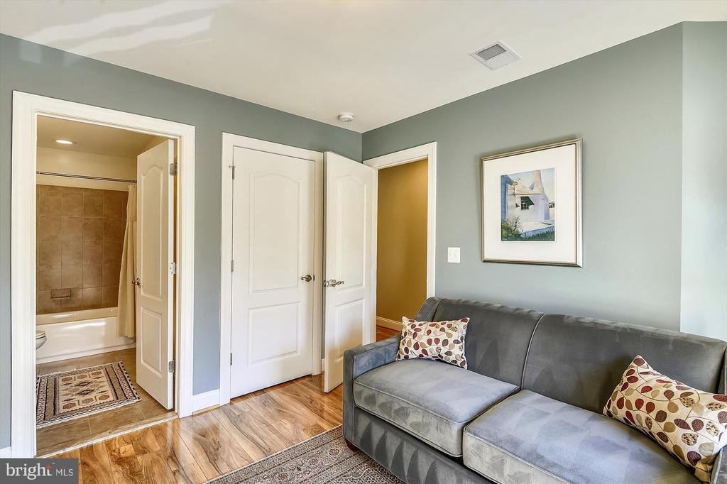 2nd bedroom w/private bath - 217 MILL ST, OCCOQUAN