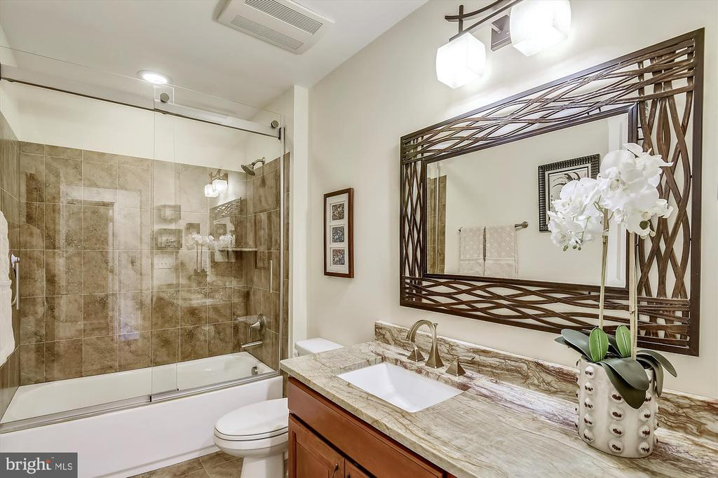 Well appointed spa like bathroom - 217 MILL ST, OCCOQUAN