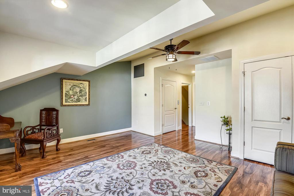 Beautiful vaulted ceiling - 217 MILL ST, OCCOQUAN