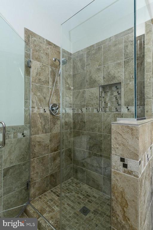Owner's Shower - 9310 CARONDELET DR, MANASSAS PARK