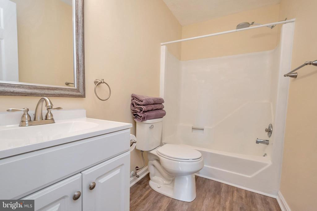 Hall bath - 1406 LAKEVIEW PKWY, LOCUST GROVE