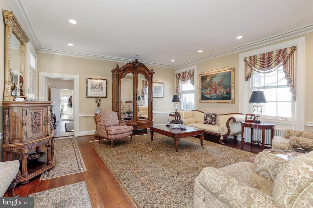 Nine foot plus ceilings in this family room. - 40041 HEDGELAND LN, WATERFORD