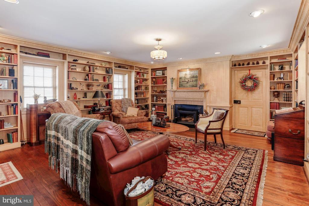 Library room with built in shelves. - 40041 HEDGELAND LN, WATERFORD
