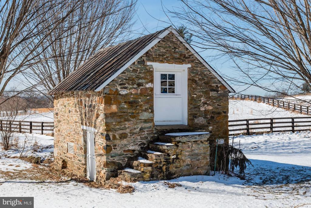 Stone cottage building in great condition. - 40041 HEDGELAND LN, WATERFORD