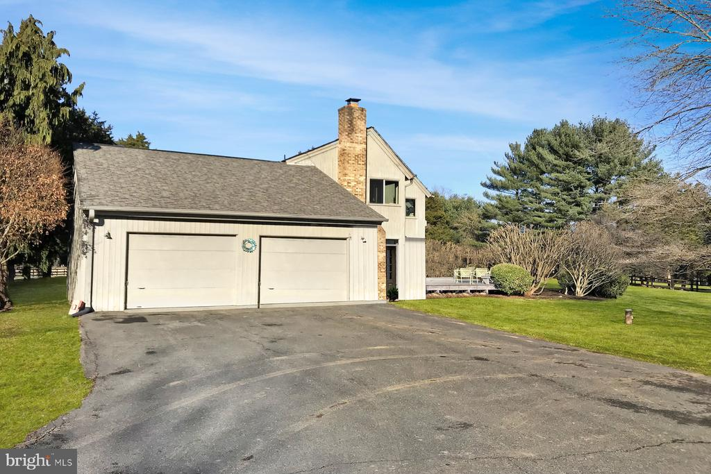 Double side load garages - 9421 CORNWELL FARM DR, GREAT FALLS