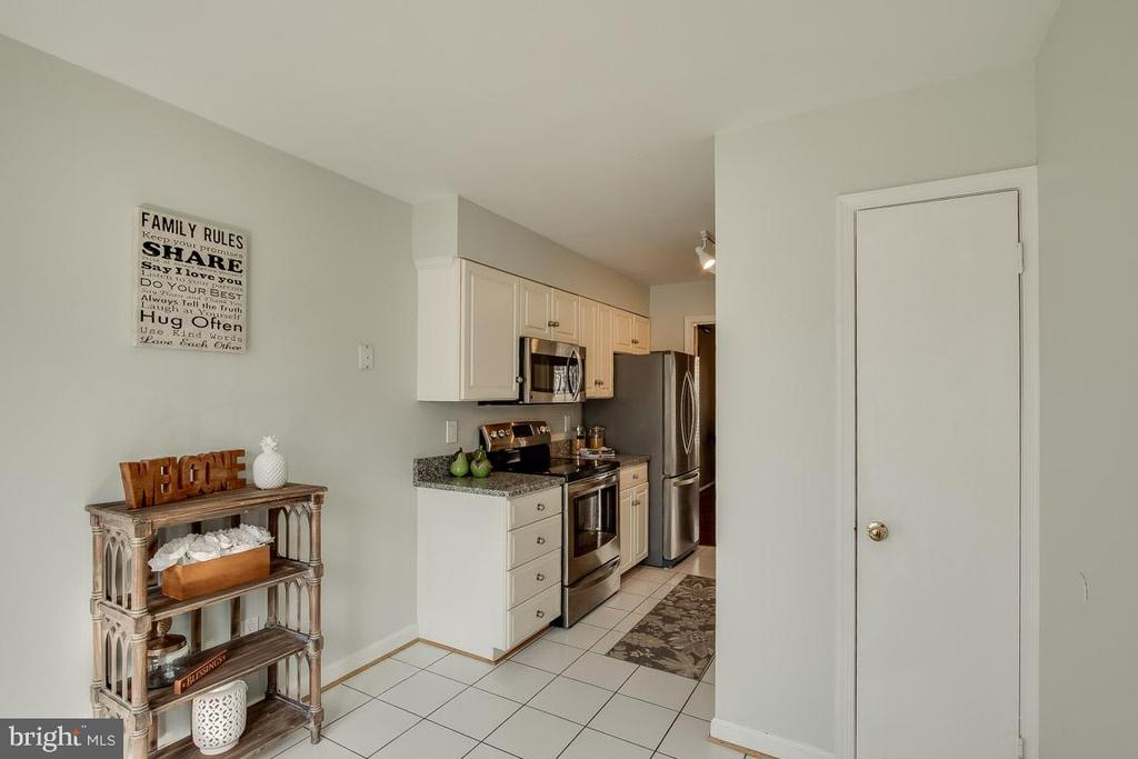 Kitchen with kitchen table space - 9920 WHITEWATER DR, BURKE