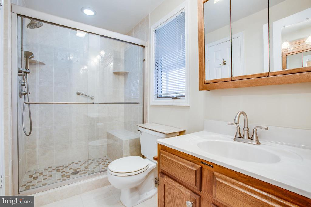Main Level, Full Bath. - 232 BIRCHSIDE CIR, LOCUST GROVE