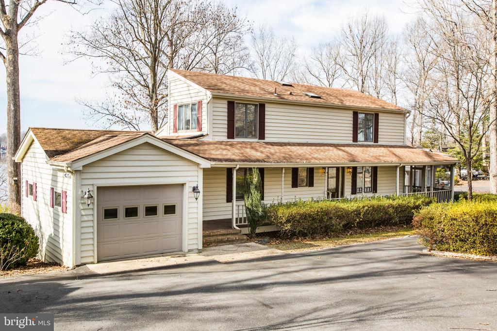 Casual Contemporary is loaded with Space! - 232 BIRCHSIDE CIR, LOCUST GROVE