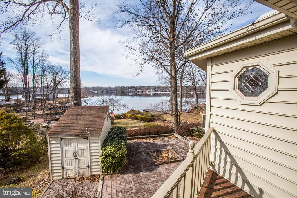 Side view of home looking out to the Lake. - 232 BIRCHSIDE CIR, LOCUST GROVE
